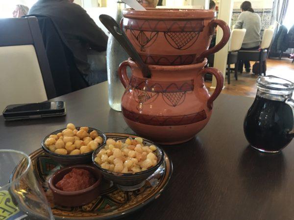 クスクス鍋とレーズンとひよこ豆とハリサ