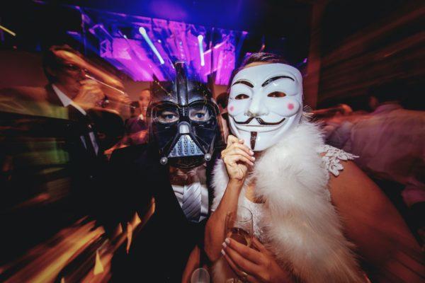 ハロウィーンパーティマスクをかぶった人々