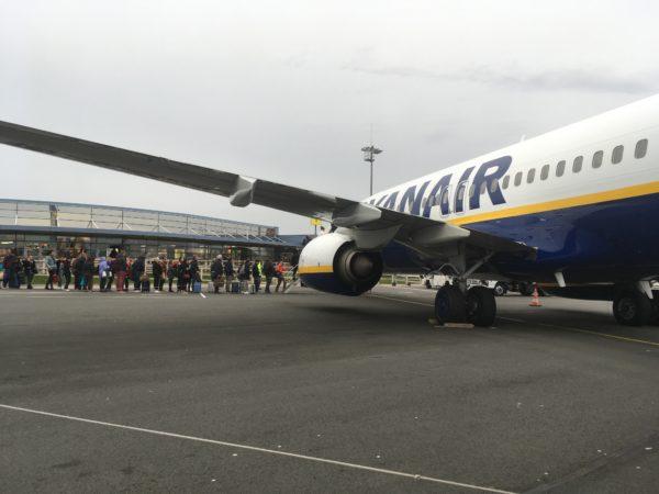 アイルランドの飛行機に乗る人々