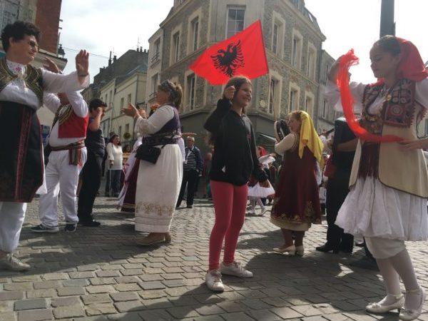 民族衣装を着てダンスする人々