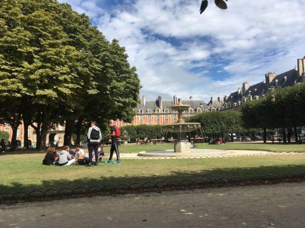 パリ市内で昼食を公園で食べる高校生