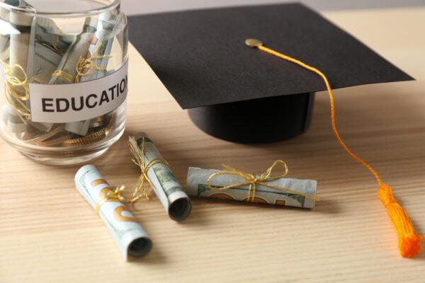 学費と卒業式に被る帽子