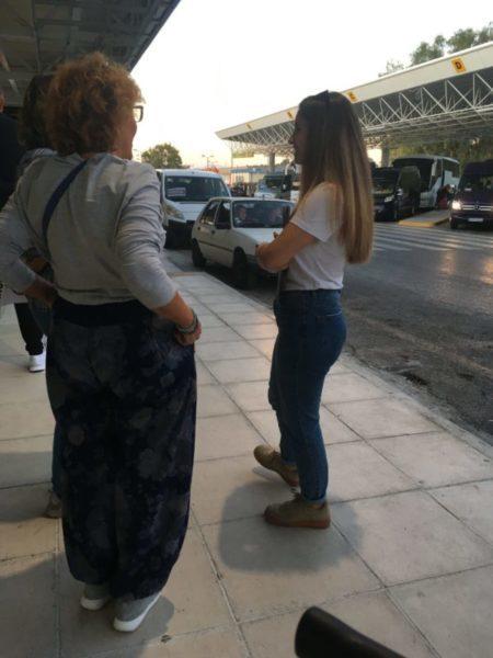 空港で立ち話をする人々