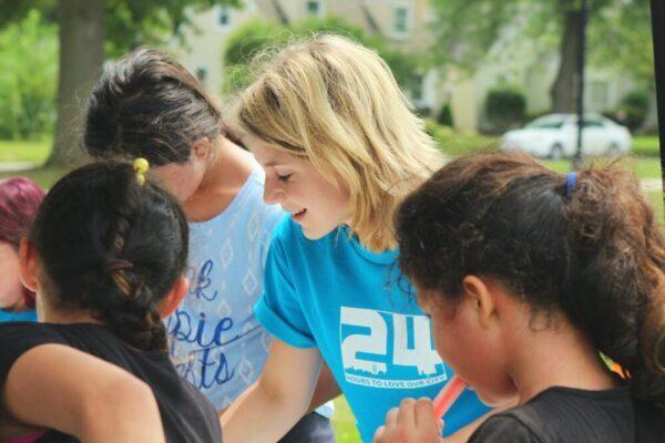 ボランティア活動する女性と子供達