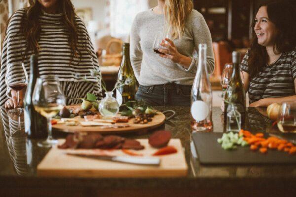 ワインを飲みながらおしゃべりする女性達