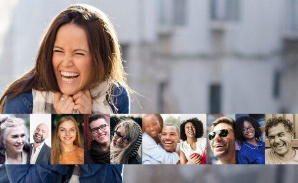 とびきり笑顔の女性と仲間たち