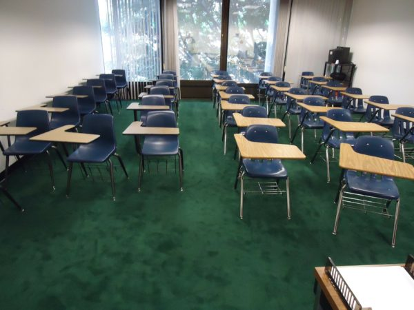 机といすしかない教室