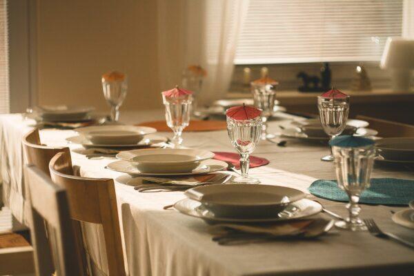 テーブルに綺麗にセットされたお皿やグラス