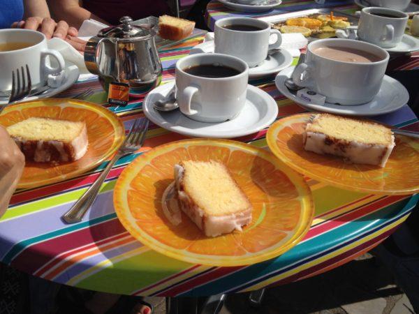 カフェのテーブルの上にあるレモンケーキやコーヒ
