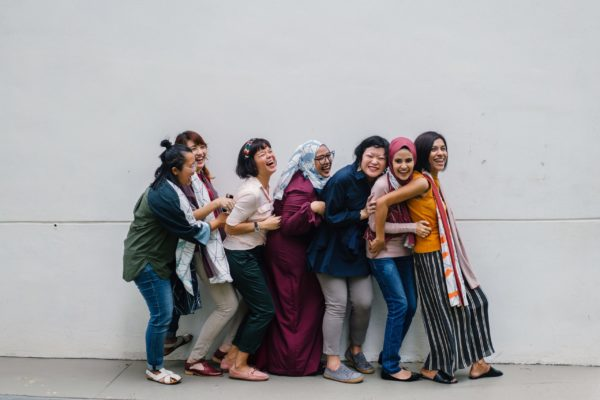 多国籍な女性達が楽しそうに笑う様子