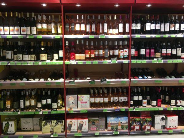 ワインが沢山商品棚に並んでいる