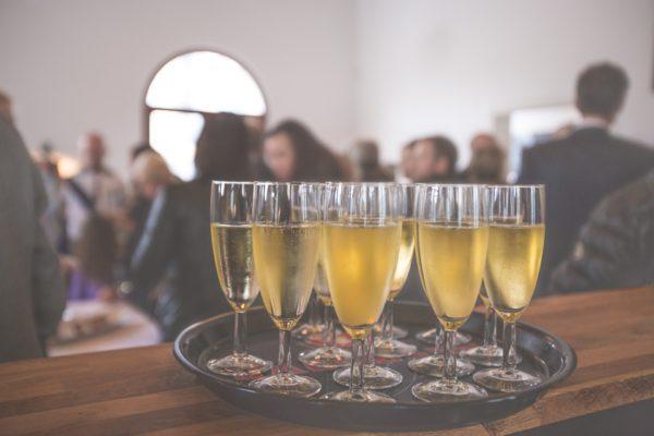 シャンパングラスとパーティを楽しむ人々