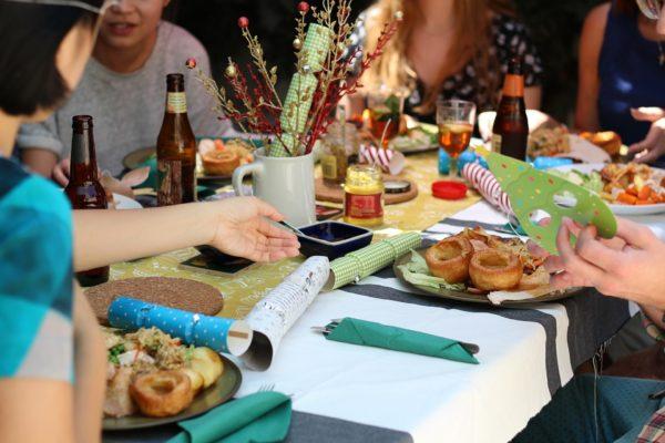 ホ-ムパーティで食事を楽しむ人々