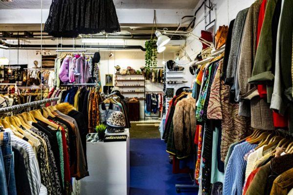 古着屋の中に並ぶ沢山の洋服