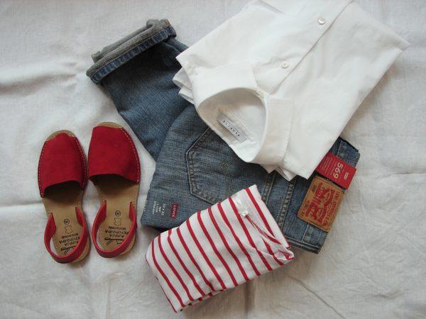 リ-バイスのジーンズ赤いくつ白いシャツ