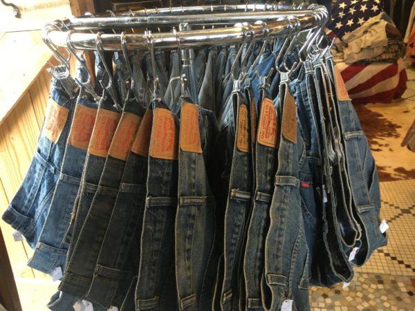 古着屋さんに並ぶリ-バイスのジーンズ
