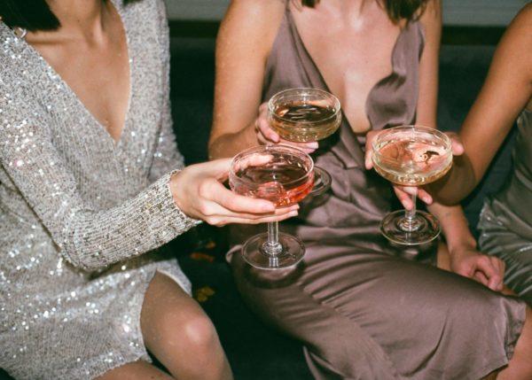 コスモポリタンで乾杯する女性達