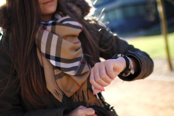 バ-バリ-のマフラーをしている若い女性