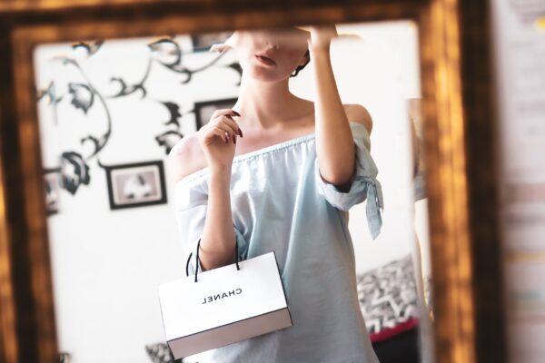 鏡に向かうスタイリッシュな女性