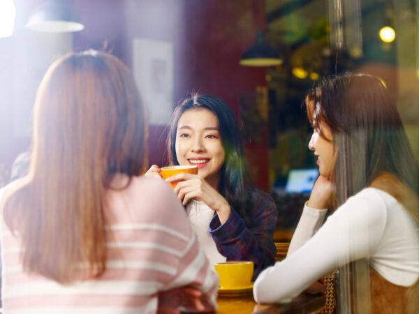 カフェで雑談中の女性達