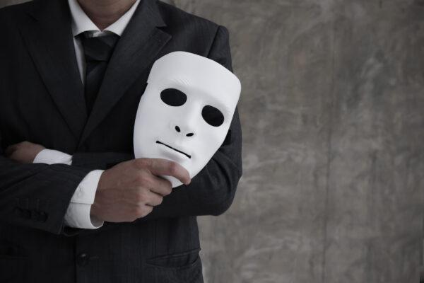 白いマスクを持つ経営者