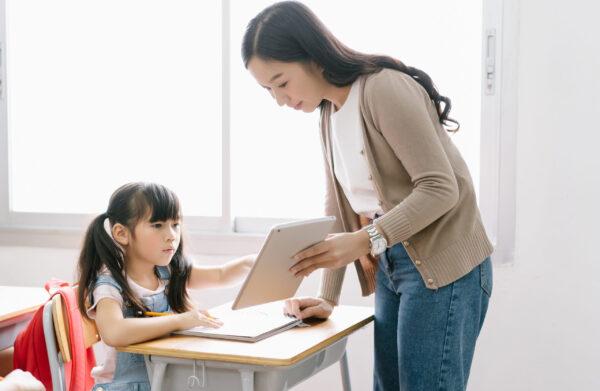 子供に勉強を教える優しい先生