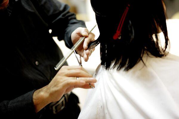 髪を切る人と切ってもらう人の後ろ姿