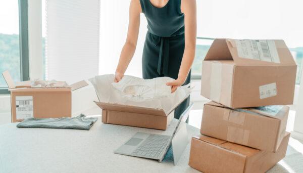 梱包作業する女性