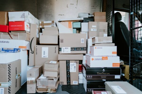 小包が沢山あるトラックの中