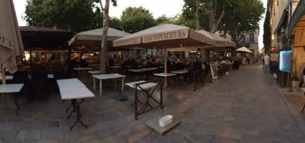 エ-グモルトの城壁の中の広場にあるレストラン
