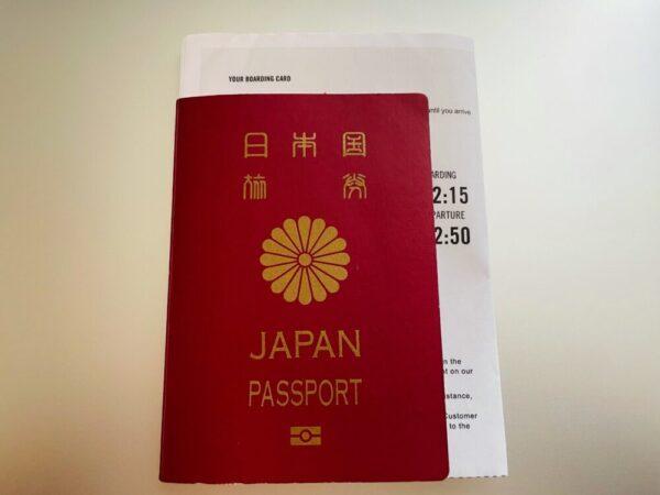 パスポートの間に挟んだ搭乗券