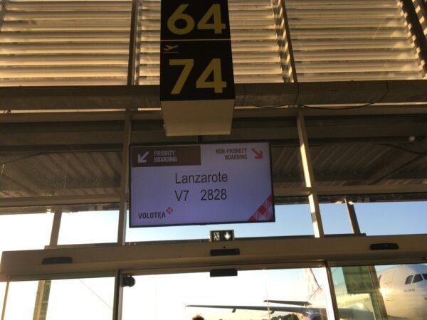 空港のフライト情報スクリーン
